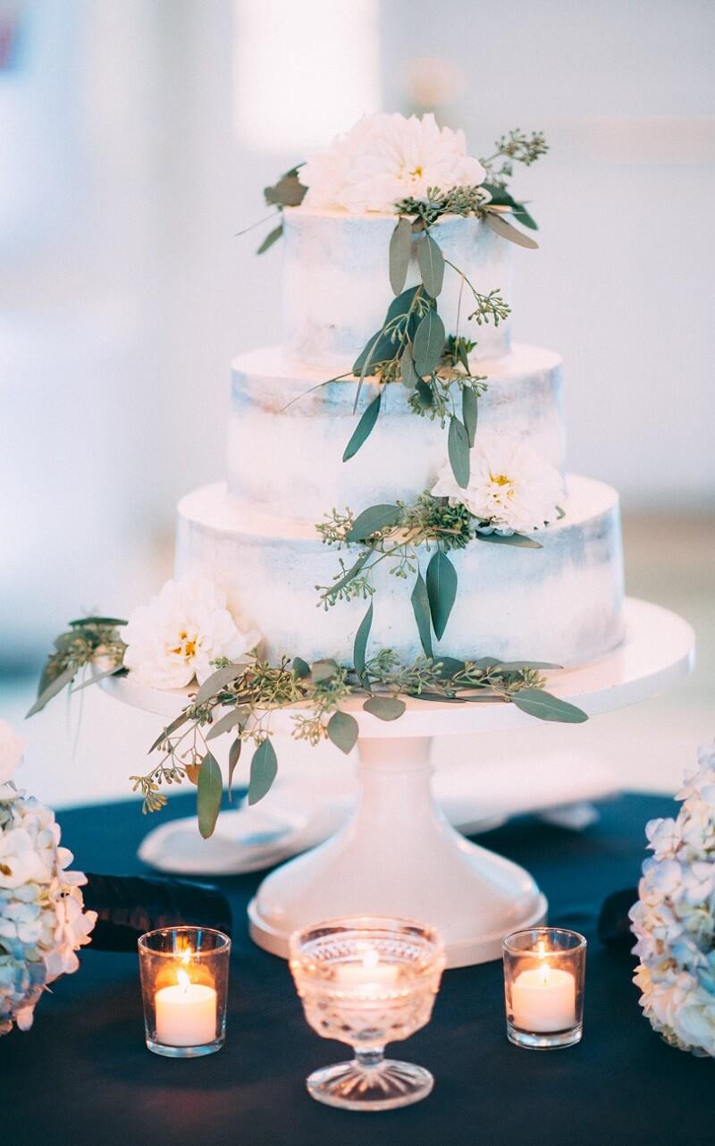Hochzeitstorte weiß mit Eukalyptus