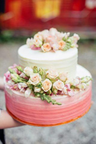 Hochzeitstorte mit Blumen Koralle