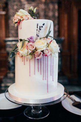 Hochzeitstorte originell mit Blumendeko und Lila Topping