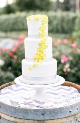 Hochzeitstorte mit Blumen gelb