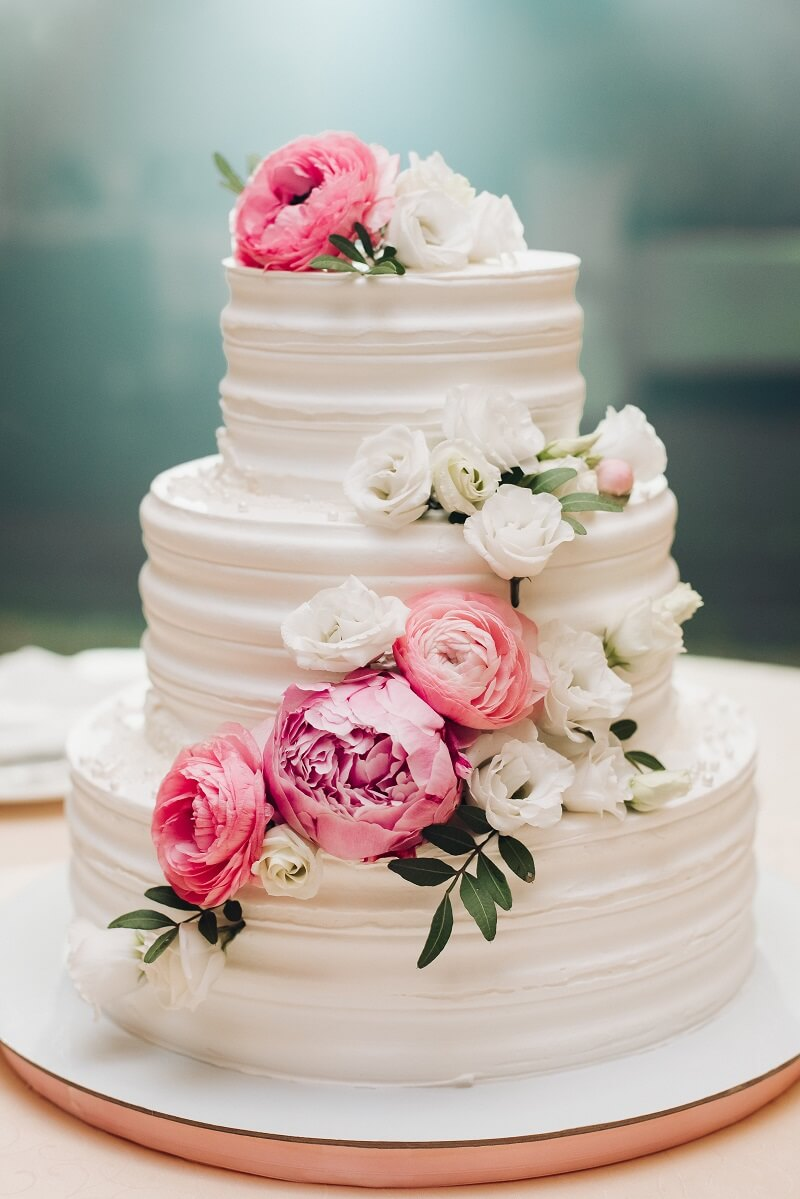 Hochzeitstorte mit rosa Blumen