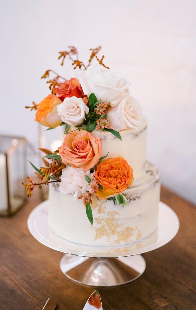 Hochzeitstorte mit Blumendeko orange