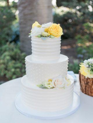 Hochzeitstorte mit Blumen in Gelb und Weiß