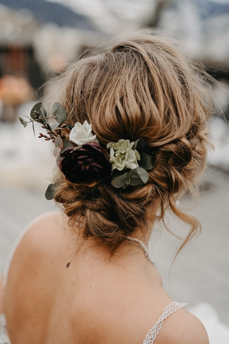 Brautfrisur hochgesteckt mit Haarblumen, Foto: Bianca & Lukas