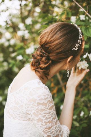 Tiefer Bun mit Haarband