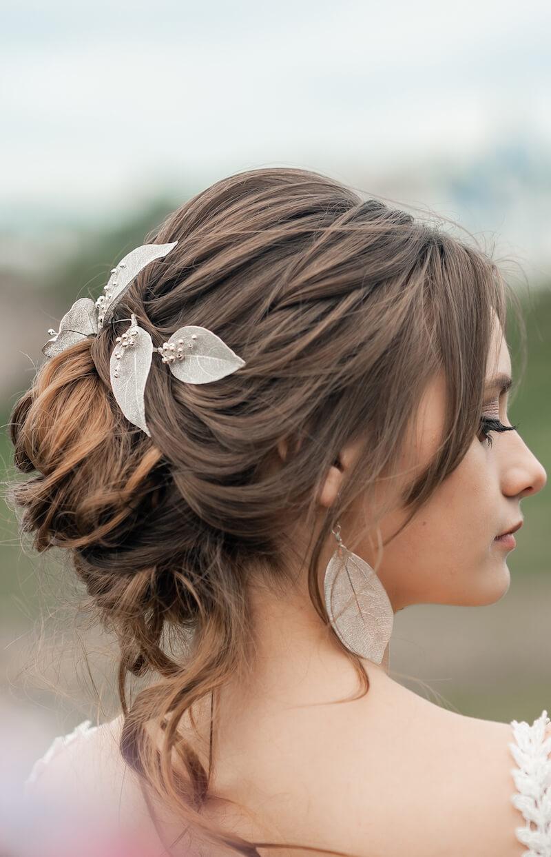 Brautfrisur hochgesteckt mit Blatt Schmuck