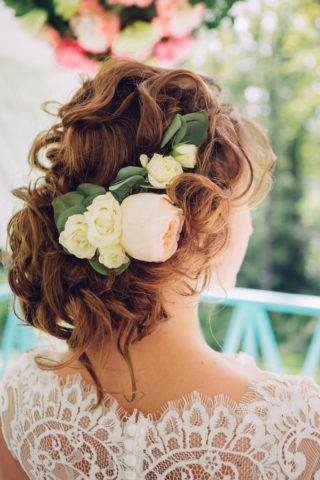 Hochgesteckfrisur lockig mit Haarblumen