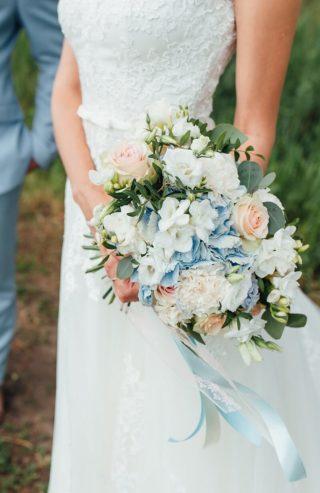 Brautstrauß mit blauen Hortensien
