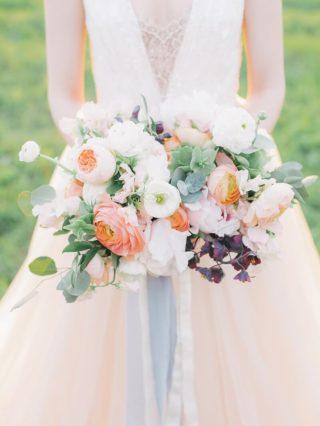 Sommerlicher Brautstrauß in Weiß und Apricot