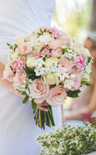 Runder Sommer Brautstrauß in Rosa und Gelb