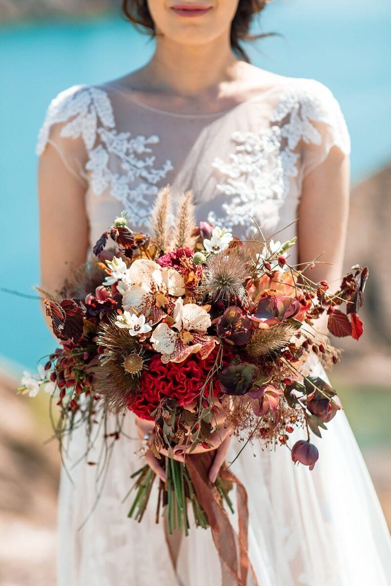 Herbstlicher Brautstrauß in Rottönen