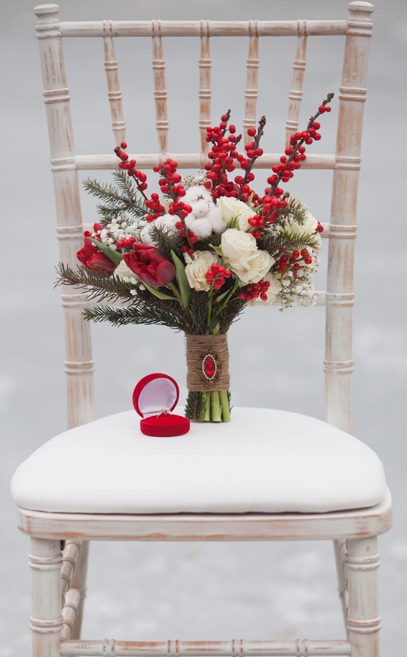 Winter Brautstrauß in Rot und Weiß