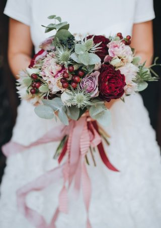 Brautstrauß in Beerenfarben