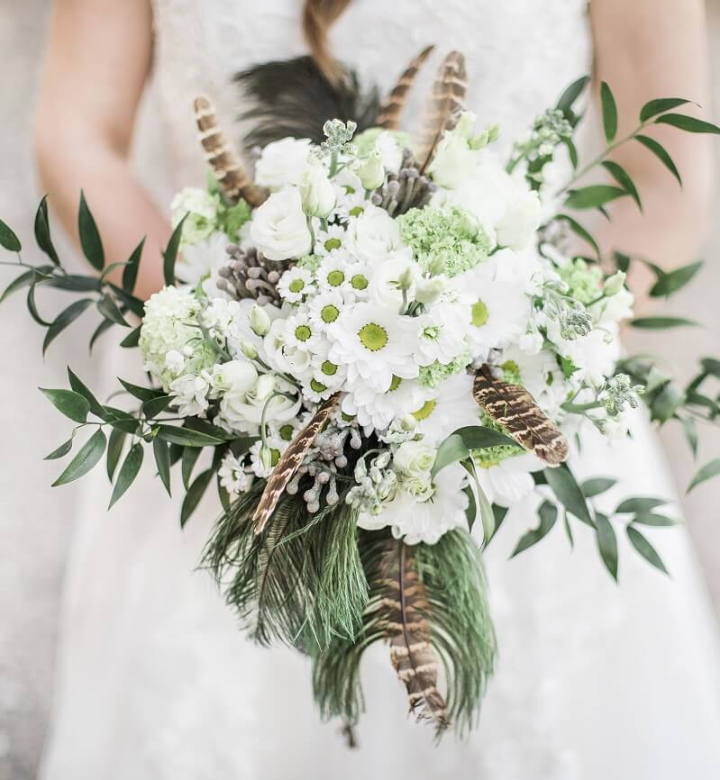 Brautstrauß in Weiß mit Wildfedern