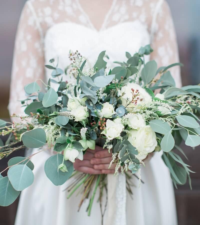 Brautstrauß mit Eukalyptus und weißen Blumen