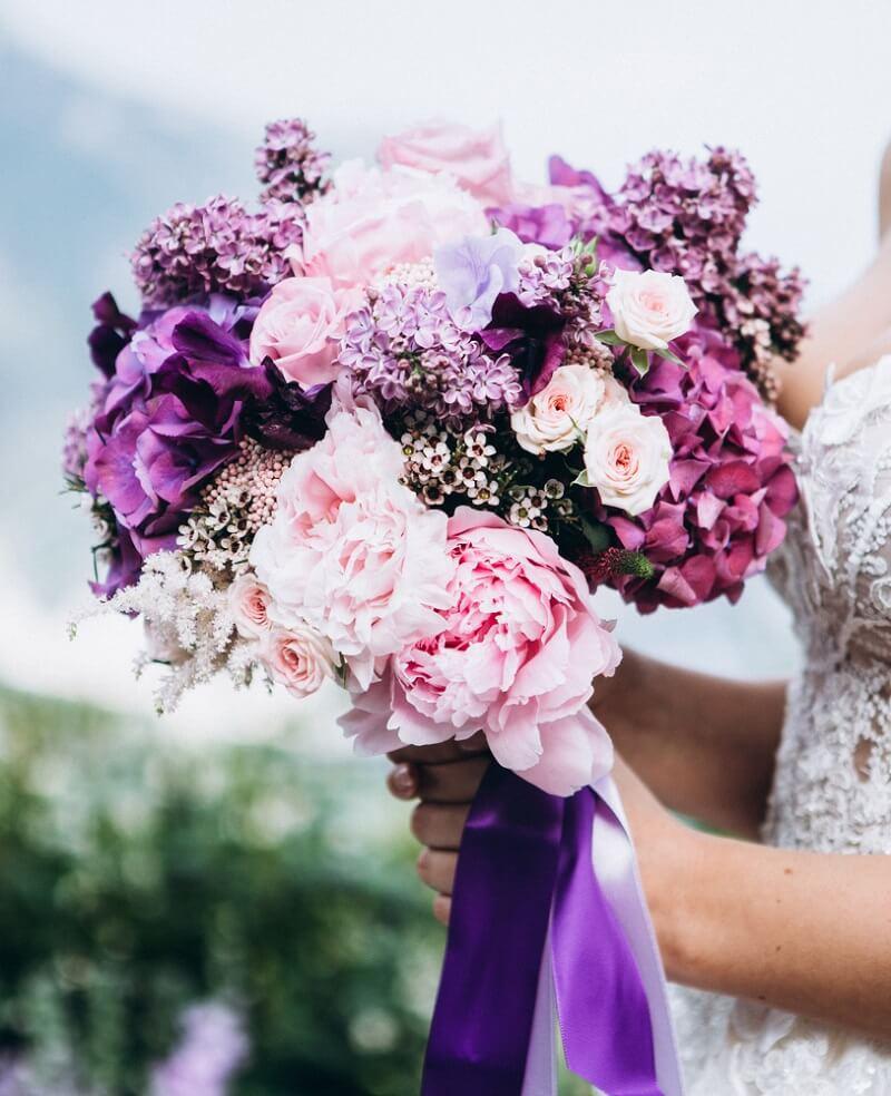 Brautstrauß in Lilatönen