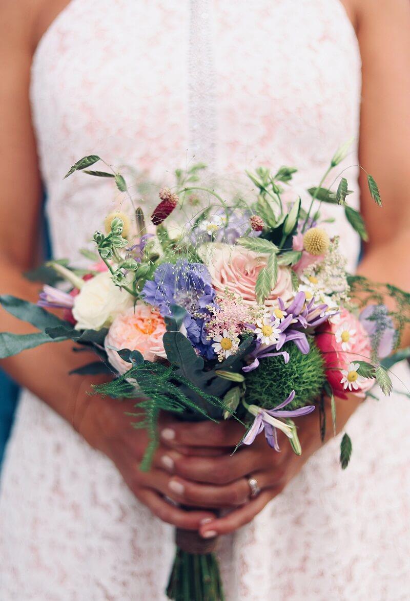 rustikaler Brautstrauß im Wiesenblumen-Look