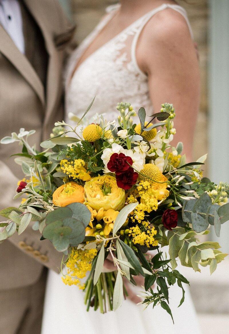 Brautstrauß in Gelb mit weinroten Akzenten (Foto: Barbara Wenz)