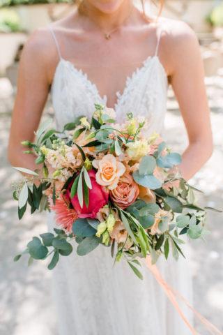 Brautstrauß in Pfirsich und Koralle, Foto: Viola Jagl Photography