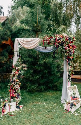 Hochzeitsbogen herbstlich mit Früchten