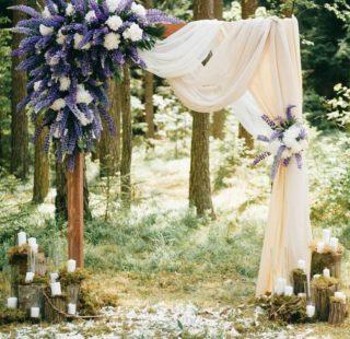 Hochzeitsbogen in Lila