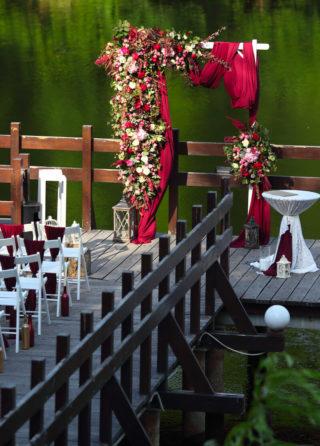 Hochzeitsbogen in Weinrot
