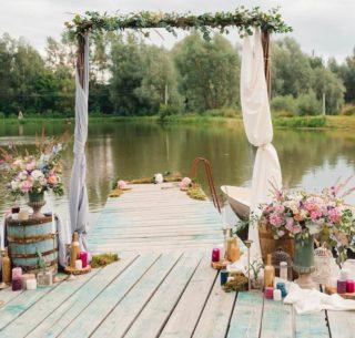Origineller Hochzeitsbogen mit bunter Deko