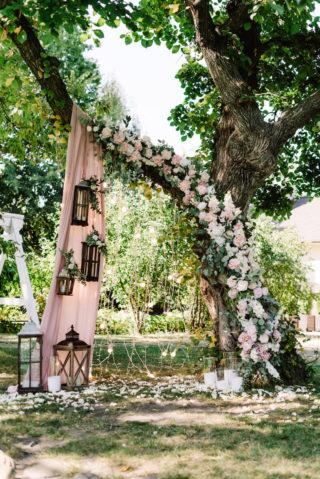 Hochzeitsbogen am Baum