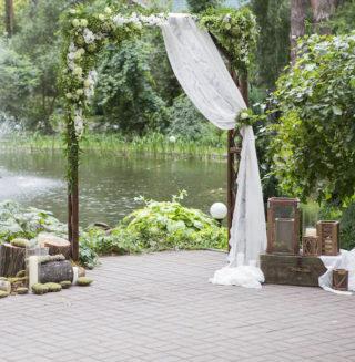 Greenery Hochzeitsbogen mit Holzdeko