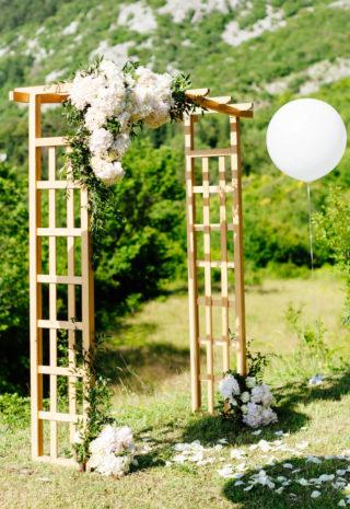 Hochzeitsbogen mit weißer Blumendeko