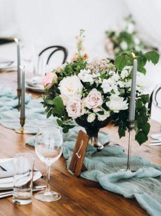 Hochzeitstisch mit grünem Tischläufer