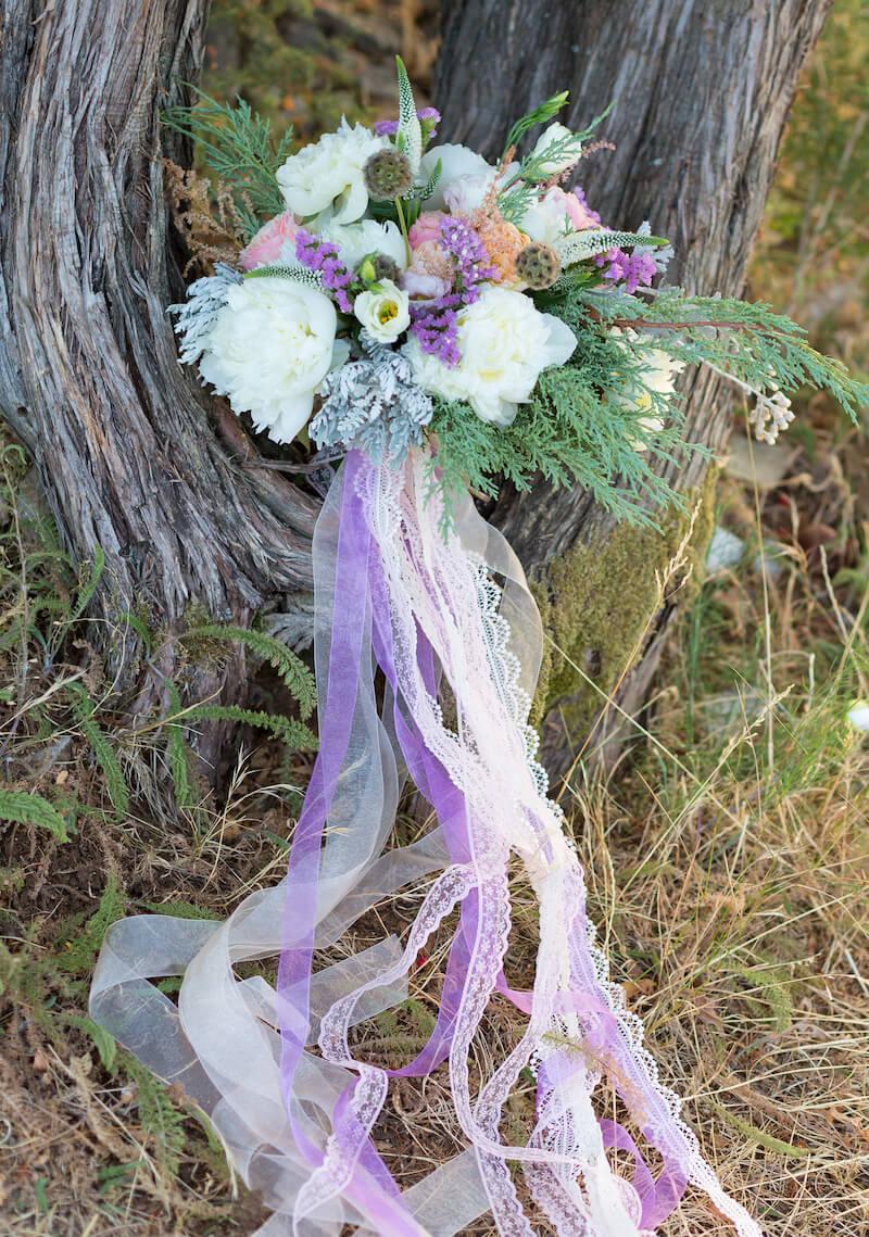 Brautstrauß lila mit Seiden- und Spitzenbändern