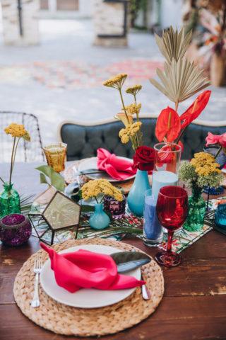 Bunte Tischdeko für eine Sommerhochzeit