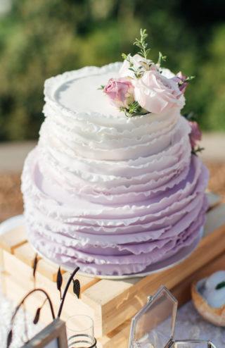 Hochzeitstorte violett mit Rüschen
