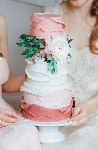 Hochzeitstorte mit Farbverlauf und Rüschen