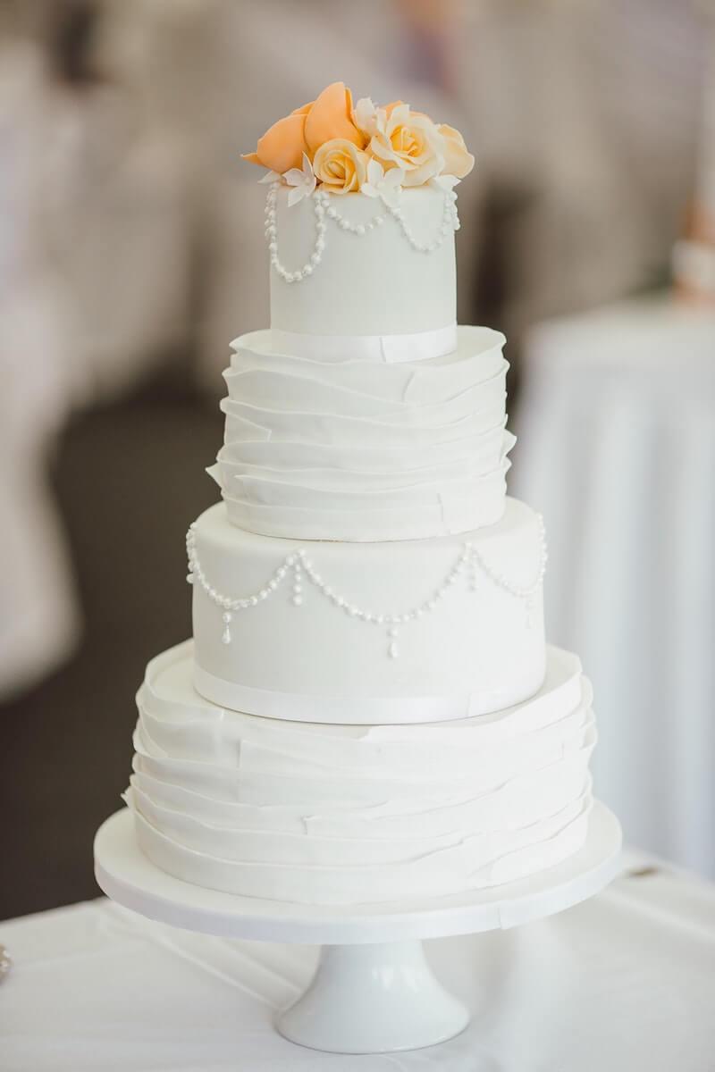 Fondant Hochzeitstorte ganz in Weiß