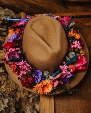 Braut Hut mit Blumenkranz