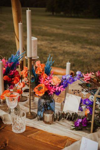 Bunte Tischdeko in Blau, Koralle, Orange und Lila