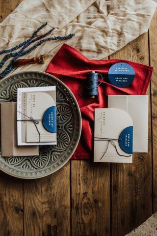Schlichte Hochzeitseinladung in Weiß und Blau