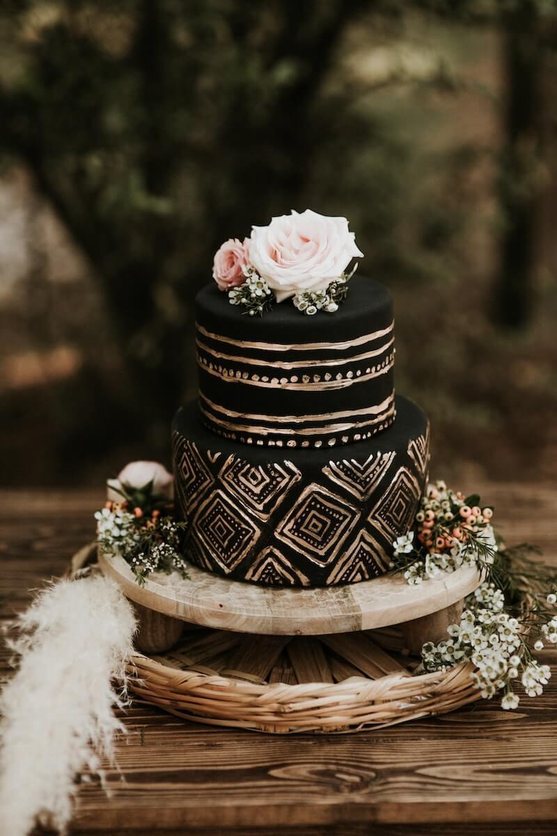 Schwarze Boho Hochzeitstorte