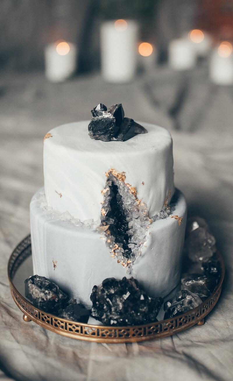 Hochzeitstorte in Grau und Schwarz