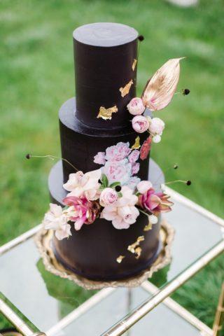 elegante schwarze Hochzeitstorte mit Blumendeko