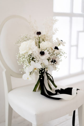 Brautstrauß in weiß mit schwarzen Akzenten