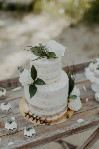 Hochzeitstorte in Weiß und Grün