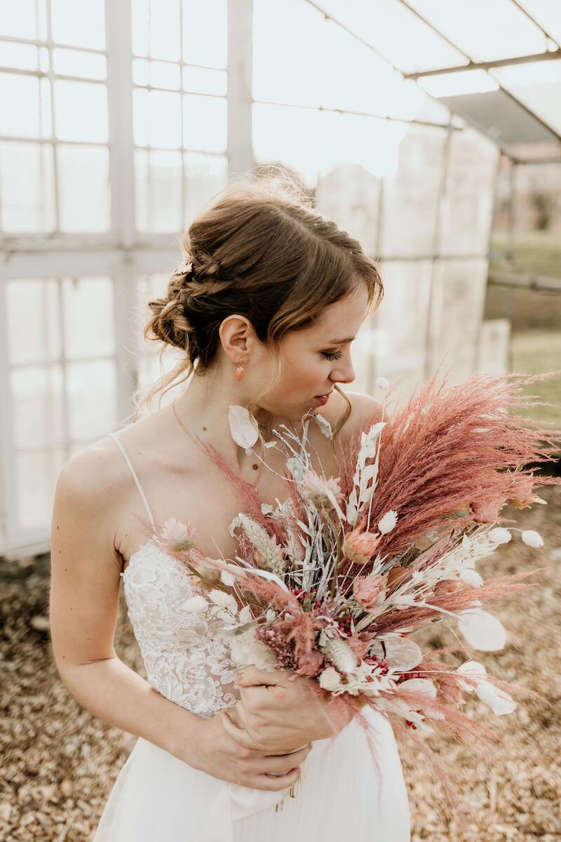 Trockenblumen Brautstrauß in Weiß und Rosa