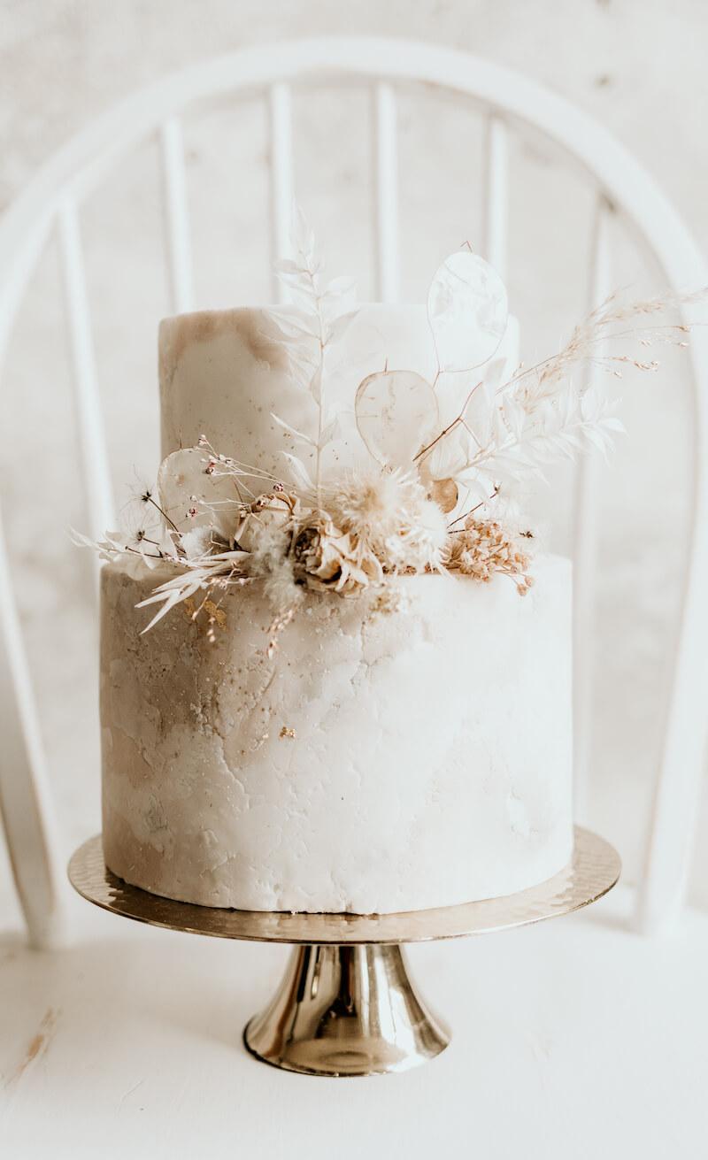 Hochzeitstorte mit Trockenblumen