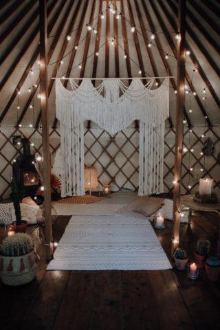 Boho Hochzeitsbogen mit Lichtern