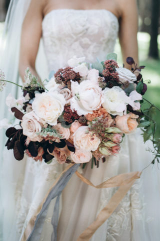 Brautstrauß in Burgunder, Weiß und Lilatönen