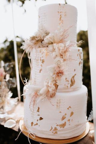 Boho Chic Hochzeitstorte mit goldenen Akzenten und Trockenblumen, Foto: Monika Pachler-Blaimauer, Blumen: Die Blumenagentur