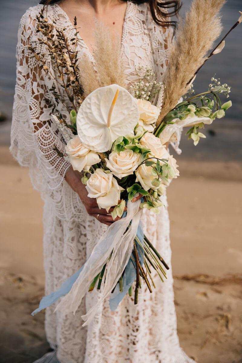 Boho Brautstrauß mit Trockenblumen und Anthurien